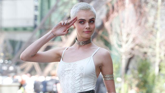 Кара Делевинь перед показом коллекции Chanel в Париже, июль 2017 года