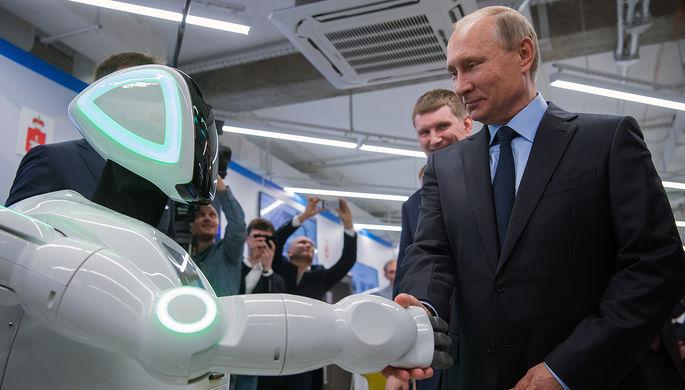 Президент России Владимир Путин во время посещения экспозиции предприятий малого и среднего бизнеса из сферы «цифровой экономики» в Перми, 8 сентября 2017 года