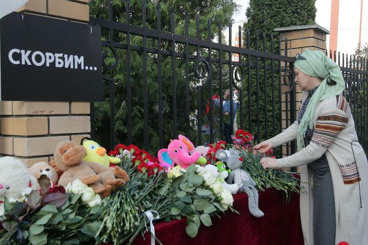 Цветы и игрушки у здания гимназии №175 в Казани, где утром произошла стрельба, 11 мая 2021 года