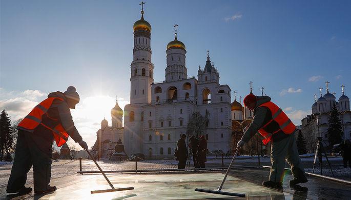 Сотрудники коммунальных служб на территории Московского Кремля, 26 января 2017 года