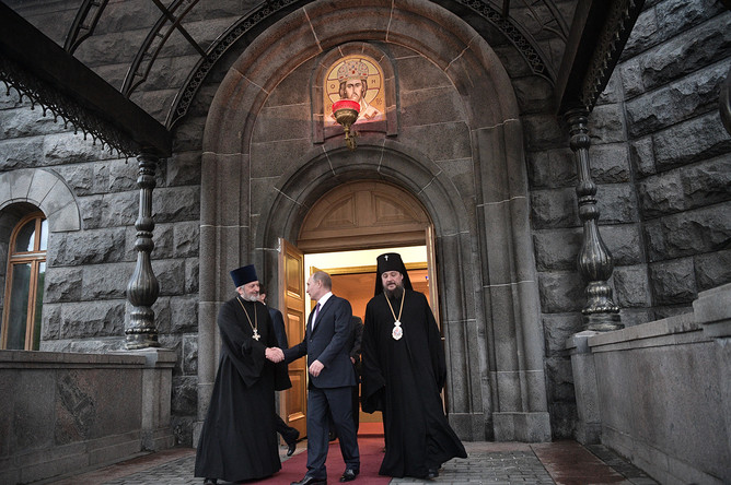 24 мая 2017 года. Президент РФ Владимир Путин после посещения храма Христа Спасителя, где размещен ковчег с мощами святителя Николая Чудотворца