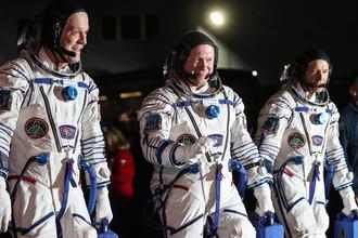 Члены основного экипажа корабля «Союз МС-08» экспедиции МКС-55/56 астронавт НАСА Рики Арнольд, космонавт Роскосмоса Олег Артемьев и астронавт НАСА Эндрю Фойстел (слева направо) перед посадкой в автобус перед отъездом на стартовую площадку космодрома Байконур