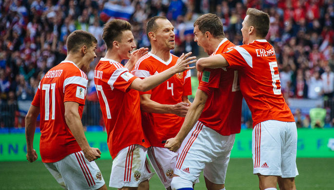 Футболисты «Зенита» празднуют гол Алексея Сутормина в ворота «Краснодара» в «золотом» матче