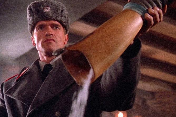 «Красная жара» (1998). Классическая развесистая клюква. Арнольд Шварцнеггер играет советского милиционера Ивана Данко, который едет в Америку, чтобы разобраться с русской мафией. Кокаинум, «какие ваши доказательства?» и прочие шедевры появились именно в этом фильме.