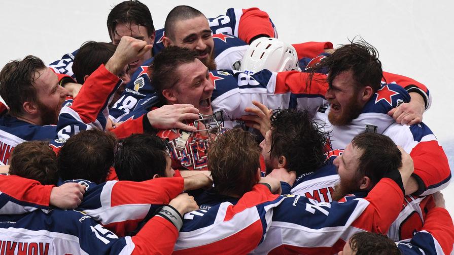 Игроки ПХК ЦСКА после победы над ХК «Авангард» в финальном матче плей-офф Кубка Гагарина в Балашихе, 19 апреля 2019 года