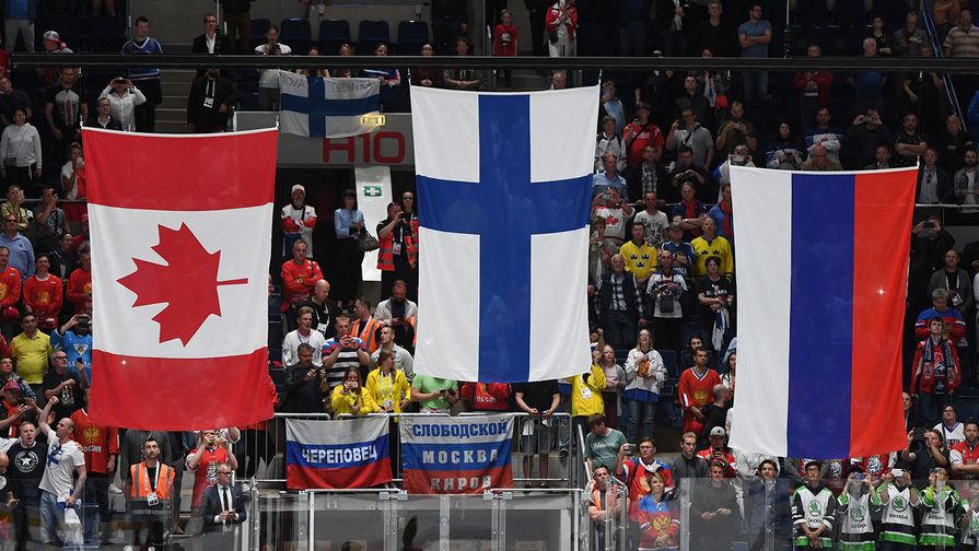 Флаги Канады, Финляндии и России (слева направо) на церемонии награждения после победы сборной команды Финляндии в финальном матче чемпионата мира по хоккею между сборными командами Канады и Финляндии, 26 мая 2019 года