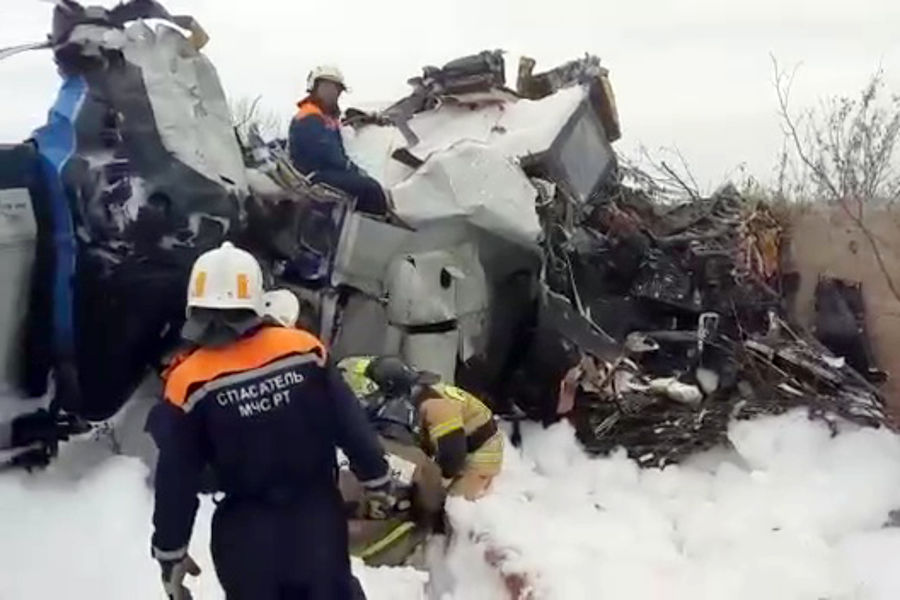 Наместе падения самолета L-410вгороде Мензелинск, 10октября 2021года