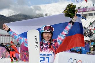 Алена Заварзина (Россия), завоевавшая бронзовую медаль в параллельном гигантском слаломе среди женщин во время соревнований по сноуборду