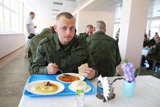 Призывники обедают перед отправкой на службу в рядах Российской армии