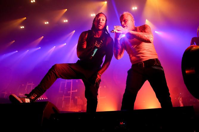 Вокалисты британской группы The Prodigy Максим Реалити и Кит Флинт (слева направо) во время выступления в клубе Stadium Live в Москве