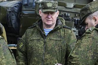 Командующий Воздушно-десантными войсками Андрей Сердюков (в центре) на командно-штабных учениях ВДВ на полигоне Опук в Крыму, 18 марта 2017 года