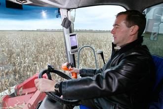 Дмитрий Медведев за рулем комбайна в Ставрополье, 2011 год