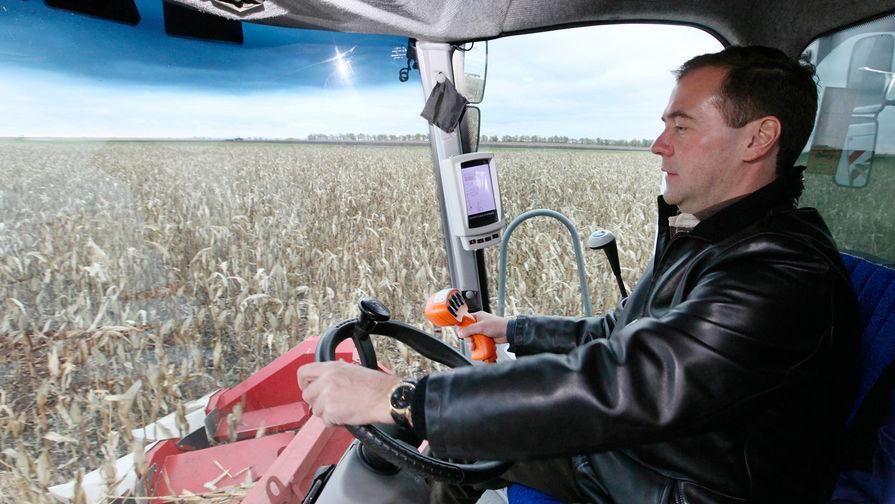 Медведев оценил возможность перехода на четырехдневную рабочую неделю