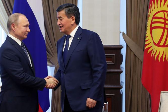 Президент России Владимир Путин и президент Киргизии Сооронбай Жээнбеков во время встречи в аэропорту Бишкека, 28 марта 2019 года