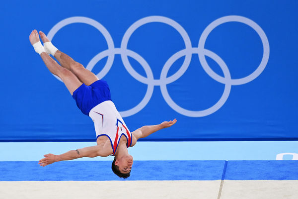 Российский спортсмен, член сборной России (команда ОКР) Никита Нагорный выступает свольными упражнениями вмужском индивидуальном многоборье насоревнованиях поспортивной гимнастике наXXXII летних Олимпийских играх, 28 июля 2021 года