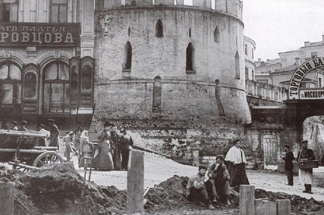 В центре снимка — Птичья башня Китай-города (единственная из сохранившихся до наших дней башен). Справа от нее вывеска «Торговые бани». Это знаменитые Челышевские бани (Челыши). Сейчас на их месте гостиница «Метрополь.