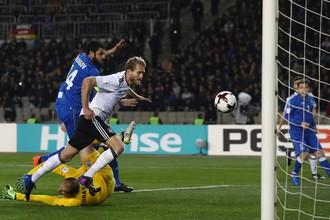 Футболист сборной Германии Андре Шюррле забивает гол в ворота сборной Азербайджана