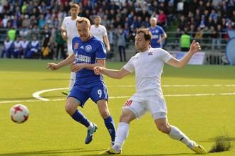 Полузащитник «СКА-Хабаровска» Алексей Друзин борется за мяч в решающем стыковом матче за право играть в Премьер-лиге