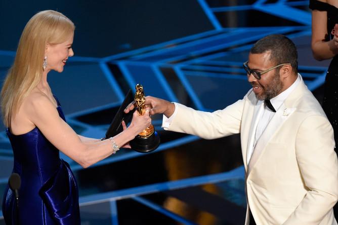 Актриса Николь Кидман и режиссер Джордан Пил с наградой за сценарий к фильму «Прочь» во время церемонии вручения кинопремии «Оскар» в Лос-Анджелесе, 4 марта 2018 года