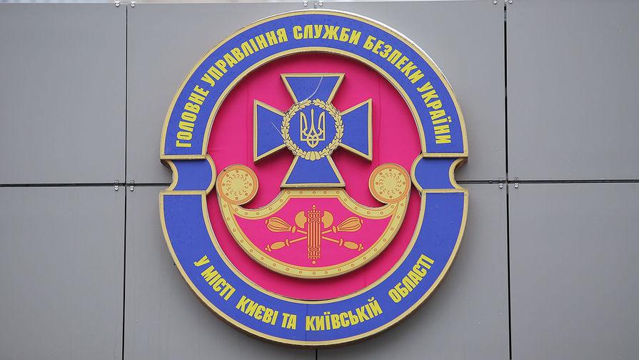 Герб у входа в здание СБУ в Киеве.
