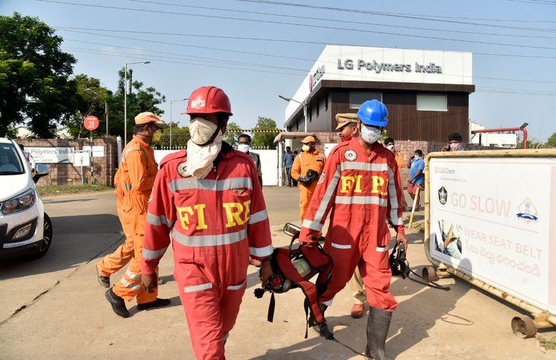 Сотрудники экстренных служб на месте утечки газа на предприятии LG Polymers в индийском городе Вишакхапатнам, 7 мая 2020 года