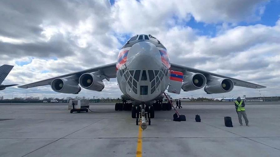 Самолет Ил-76 МЧС РФ с гуманитарной помощью для отправки в Индию в аэропорту Жуковский, 28 апреля 2021 года