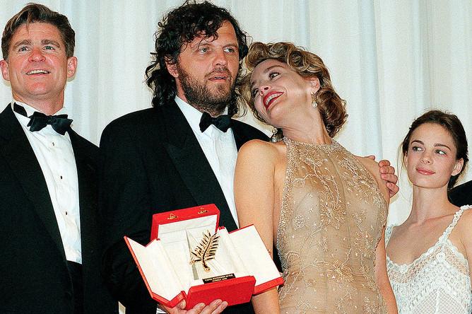 Актриса Шэрон Стоун вручает Эмиру Кустурице Золотую пальмовую ветвь за фильм «Андеграунд» на 48-м Каннском кинофестивале, 1995 год