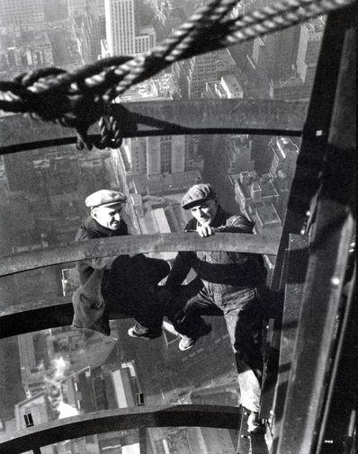 90 с лишним лет назад на месте знаменитого теперь гиганта Эмпайр-стейт-билдинг находился отель Уолдорф-Астория, состоявший из двух корпусов конца XIX века. Его было решено перенести в новое здание. Фундамент под Эмпайр-стейт-билдинг заложили в марте 1930 года. 7 апреля начались работы по возведению стального каркаса