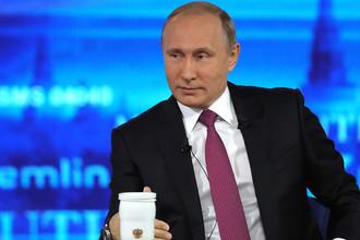 Владимир Путин отвечает на вопросы россиян в основной студии московского Гостиного Двора во время ежегодной специальной программы «Прямая линия с Владимиром Путиным»