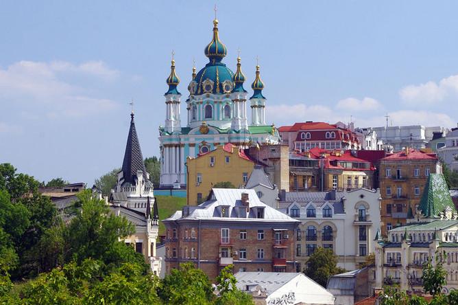 Вид на Андреевскую церковь и начало Андреевского спуска в Киеве, август 2017 года