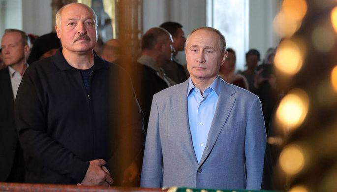 Президент России Владимир Путин и президент Белоруссии Александр Лукашенко во время посещения Спасо-Преображенского Валаамского ставропигиального мужского монастыря, 17 июля 2019 года