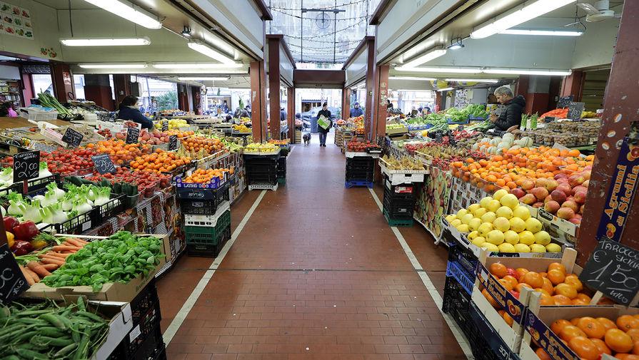 На одном из рынков в городе Вентимилья, Италия, 10 марта 2020 года