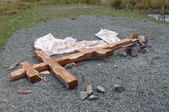 Поклонный крест в алтайском селе Топучая, поваленный Валерием Чеконовым