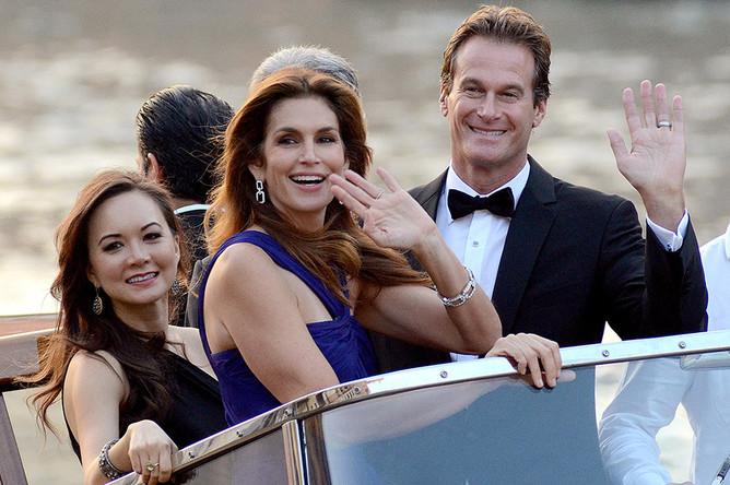 Синди Кроуфорд (в центре) со своим мужем Рэнди Гербером прибыли в Венецию еще в пятницу