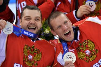 Голкиперы сборной России Михаил Иванов (слева) и Владимир Каманцев с серебряными медалями Игр в Сочи