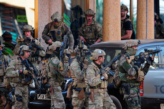 Французские полицейские прибывают на место террористической атаки в столице Буркина-Фасо Уагадугу