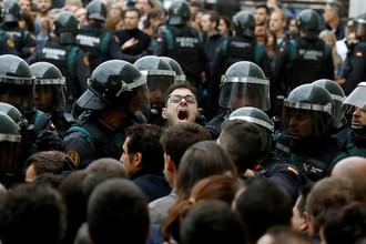 Испанская полиция оттесняет от избирательных участков желающих проголосовать на референдуме