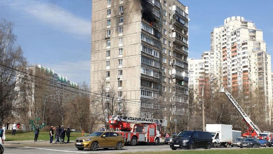 Сотрудники МЧС спасли шесть человек при пожаре в столичной квартире