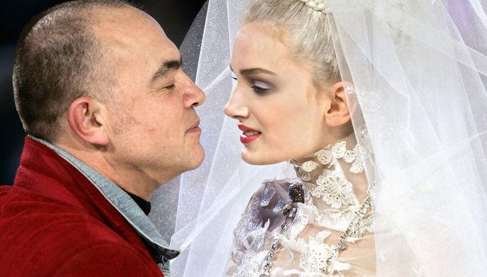 Кристиан Лакруа и модель в свадебном платье во время показа коллекции весна-лето 2005 года в Париже