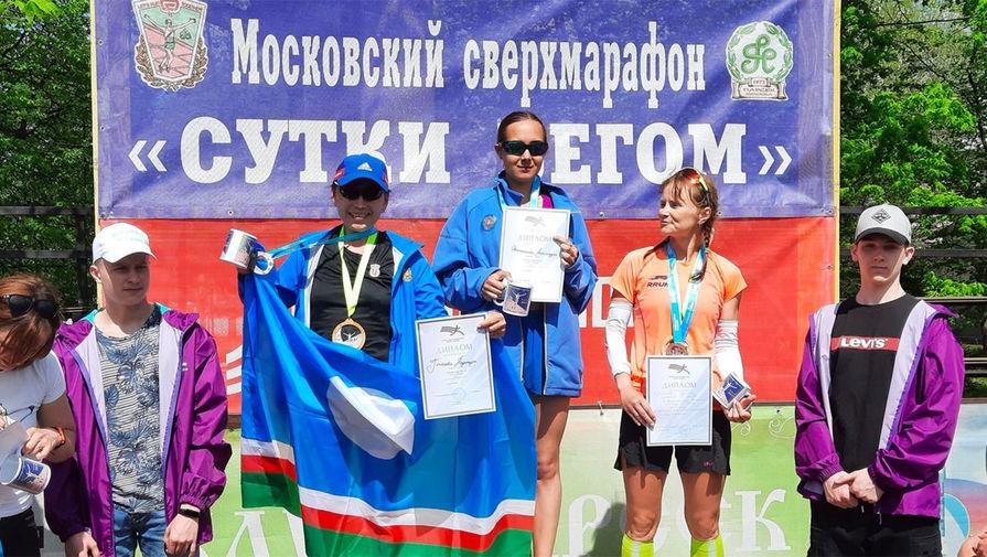 Александра Овсянникова (на фото в центре)
