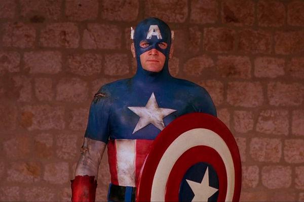 Кадр изфильма «Капитан Америка» (1990)