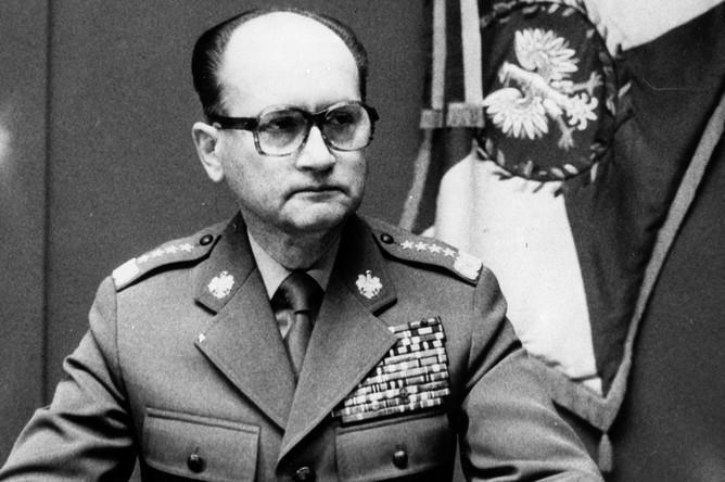 Генерал Войцех Ярузельский во время объявления введения военного положения в Польше, 13 декабря 1981 года