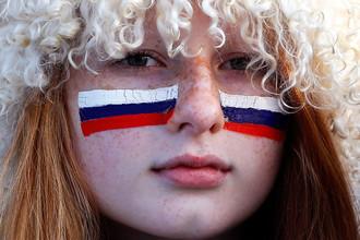 Фанатка из России во время хоккейной игры между российской и финской командами на Олимпиаде в Сочи, 2014 год