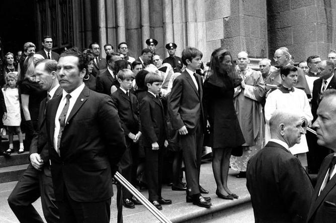 Вдова Этель Кеннеди с сыном Робертом-младшим и другими членами семьи на ступенях собора Святого Патрика во время похорон Роберта Кеннеди в Нью-Йорке, 8 июня 1968 года