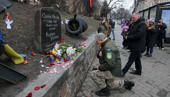 Участники «Марша Достоинства» в Киеве, посвященного 6-летней годовщине событий на Майдане, во время возложения цветов, 20 февраля 2020 года