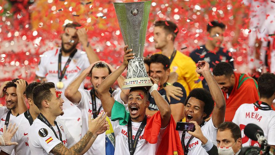 Футболисты «Севильи» (Испания) с трофеем после победы над «Интером» (Италия) в финале Лиги Европы, 21 августа 2020 года