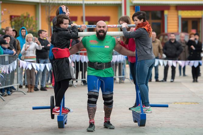 Спортсмен Руслан Пустовой во время соревнований по силовому экстриму Sochi Strong 2016 в «Сочи Парке»