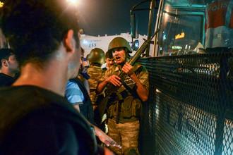 Полиция сопровождает арестованных участников военного переворота на площади Таксим в Стамбуле