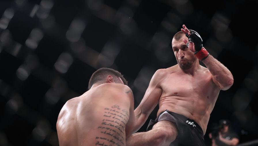 Российский боец UFC Муслим Салихов в поединке против аргентинца Лореано Старополи