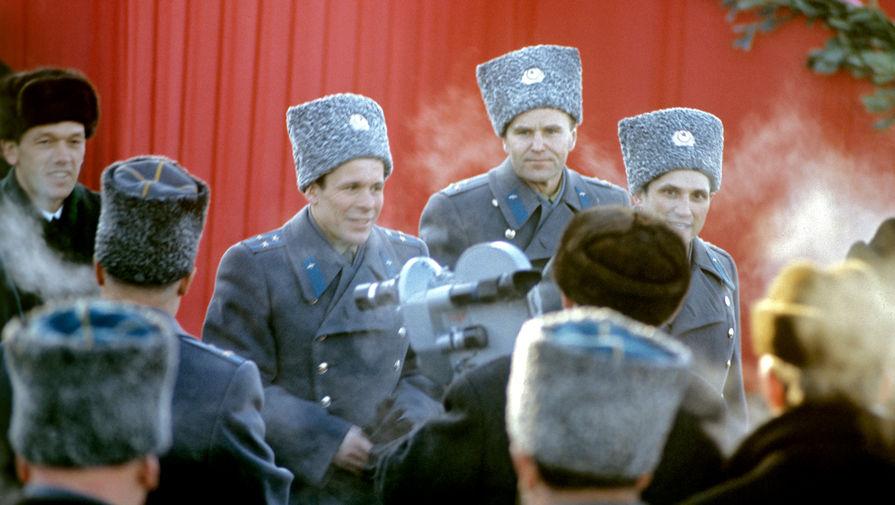 Космонавты Борис Волынов, Владимир Шаталов, Евгений Хрунов и Алексей Елисеев (справа налево)- экипажи космических кораблей «Союз-4» и «Союз-5». Встреча в аэропорту Внуково, 1969 год